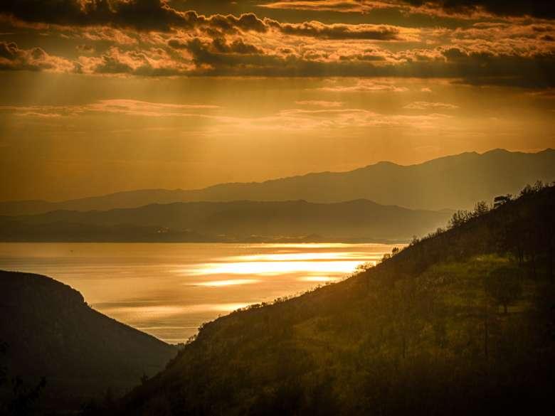 Goldener Sonnenuntergang mit einem Fächer aus Lichtstrahlen über dem Meer vor Thassos