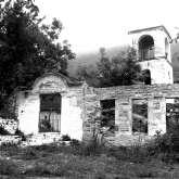 Die Ruine der Schule vor der 1804 erbauten Kirche