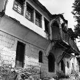 1973. Herrschaftliche Häuser an der Auffahrt zur Platia, dem Dorfplatz von Kazaviti. Das vordere Haus beherbergte einen Laden, dass hintere ist ein Metochi des hl. Berg Athos. Beide Häuser stehen noch, wurden aber äußerlich stark verändert.