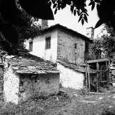 Haus im unteren Dorfteil von Kazaviti. Es gehört zu einer Häusergruppe, die sich um einen Innenhof reihen. Das Haus steht noch und wurde renoviert.