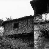 Für diese Region Mazedoniens typisches Fachwerk. Die Wände der auskragenden Bauteile wurden immer mit Holz gebaut und entweder mit Steinen verfüllt oder mit verputzten Schilfmatten bekleidet.