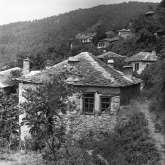 Blick auf den oberen Dorfteil von Kazaviti. Die meisten Steinhäuser sind 1974 bereits verlassen worden.