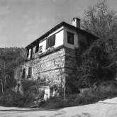 Haus an der Auffahrt zur Platia, dem Dorfplatz von Kazaviti. Das Haus steht noch und wurde stark restauriert