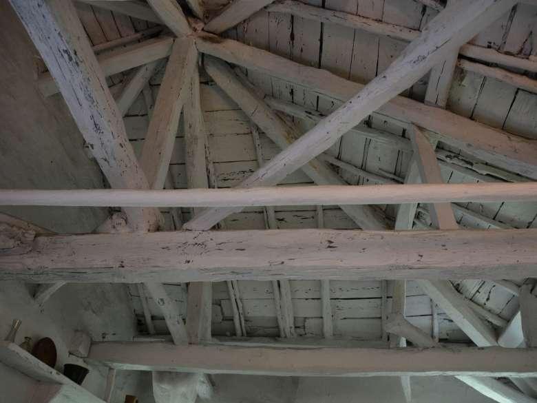 Alter Dachstuhl mit alten Balken Ferienhaus Karavousi