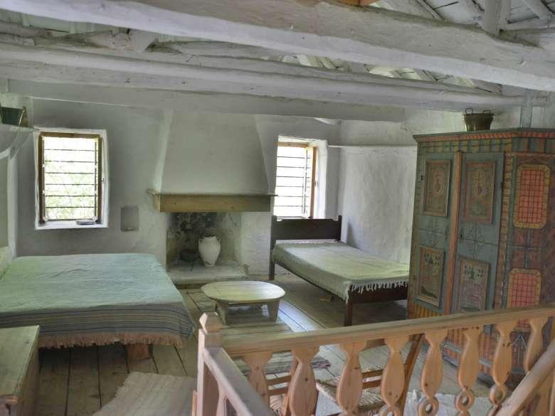 Schlafzimmer 1 mit 2 Betten und niederbayrischem Bauernschrank