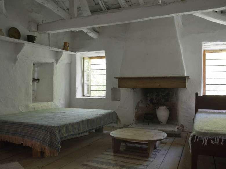 Villa Karavousi Schlafzimmer 1 mit offenem Kamin und 2 Betten
