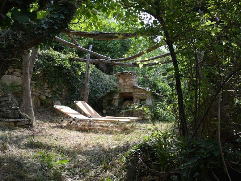 Garten mit Backofen und Sonnenliegen
