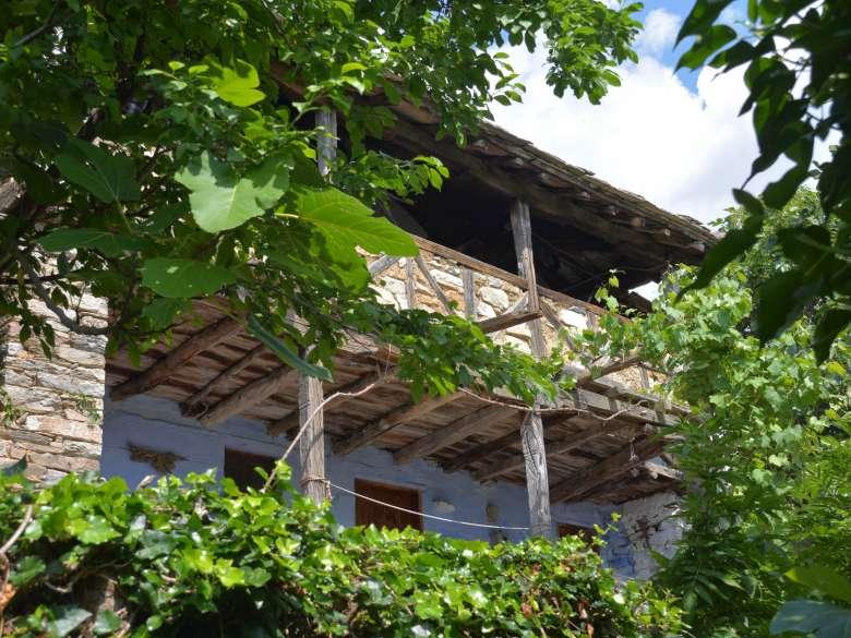 Ansicht Ferienhaus Karavousi vom Weg