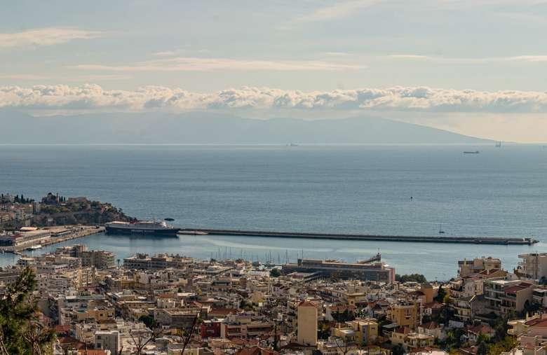Die Stadt Kavala in Nordgriechenland mit der Insel Thassos im Hintergrund.