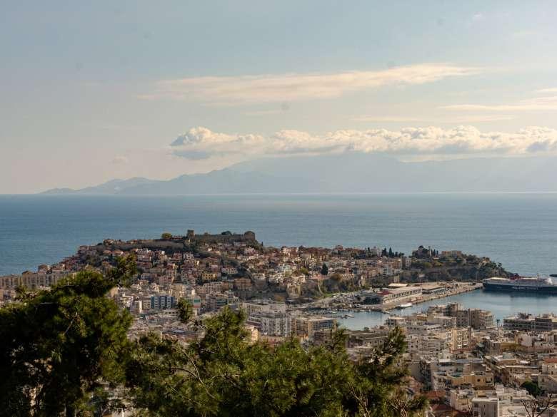 Wohnung in Kavala von privat zu verkaufen. Blick von der großen Terrasse zur Altstadt Panagia mit dem Castel und dem Aquedukt. Im Hintergrund liegt die Insel Thassos.
